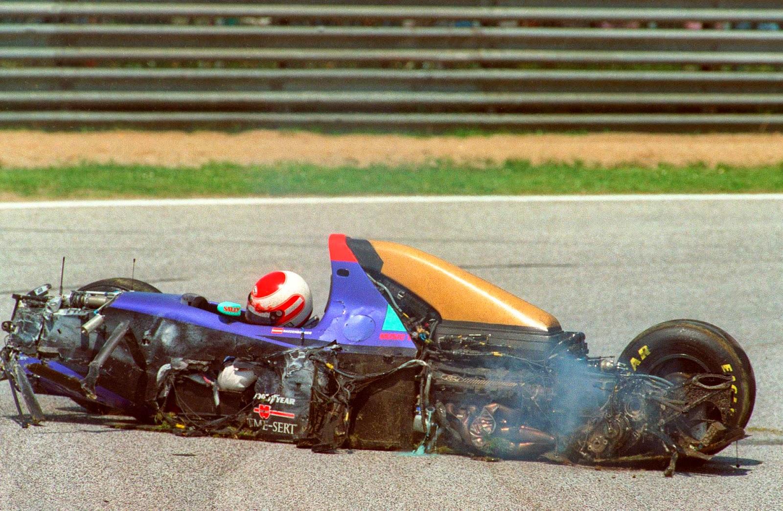 Roland Ratzenberger após batida durante o triste GP de San Marino de Formula 1 em 1994 - joseinacioblog